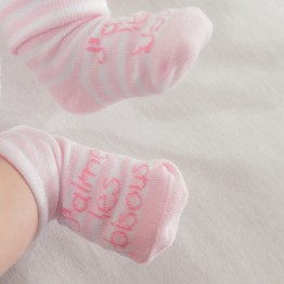 "1 baby pink booties ""j'aime les bisous"""
