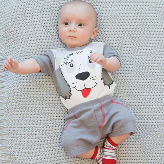 Body garçon, short et chaussettes